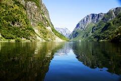 Noors landschap met watervallen en bergen Stock Foto