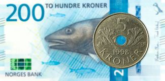 Noors muntstuk 5 tegen nieuw 200 Noors kroonbankbiljet royalty-vrije stock fotografie