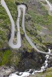 Noorse bergweg Trollstigen De waterval van Stigfossen Norw Stock Foto