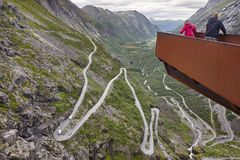 Noorse bergweg Trollstigen De waterval van Stigfossen Norw Stock Fotografie
