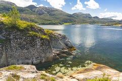 Noorse fjord in de zomer Kleurrijke baai, kust van Noorwegen Royalty-vrije Stock Afbeelding