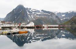 Noorse fjord met bezinning in water Royalty-vrije Stock Fotografie