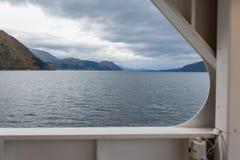 Noorse Fjord met veerboot Stock Afbeeldingen