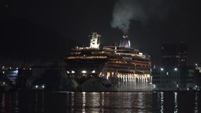 Noorse het Juweel omgekeerde varende Zeehaven van de cruisevoering bij donkere nacht Geschoten op Canon 5D Mark II met Eerste l-L stock videobeelden