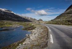 Noorse hut met meer en weg royalty-vrije stock fotografie