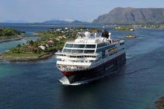 Noorse kuststoomboot die haven van Bronnoysund verlaten stock afbeeldingen