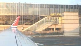 Noorse Luchtvaartlijnen jetliner op tarmac klaar voor start buiten Hemelstad stock footage