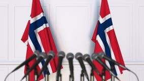 Noorse officiële persconferentie Vlaggen van Noorwegen en microfoons Het conceptuele 3d teruggeven Stock Foto's