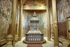 Noorse staafkerk binnen Houten altaar Heddal De reis van Noorwegen royalty-vrije stock afbeeldingen