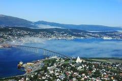Noorse stad Tromso voorbij de Noordpoolcirkel Stock Afbeeldingen