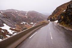 Noorse weg tijdens slecht weer royalty-vrije stock foto's