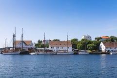 Noorse zeekust met huizen en jachten stock fotografie