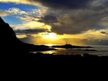 Noorse zonsopgang op de kust stock fotografie