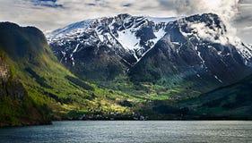 Noorwegen, kleine stad fresvik door sognefjord Royalty-vrije Stock Afbeeldingen