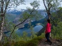 Noorwegen - Meisje dat de fjord bewondert stock afbeeldingen
