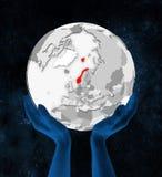 Noorwegen op witte bol in handen vector illustratie