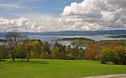 Noorwegen ` s Oslofjord met bergen op de horizon royalty-vrije stock foto