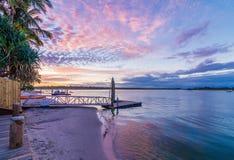 Noosa河日落的昆士兰澳大利亚与充满活力的天空 库存照片