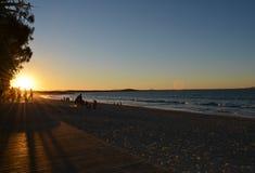 Noosa strandpromenad på solnedgången arkivfoton