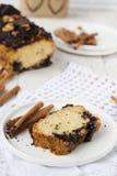 Noot en chocoladecake met kaneel Stock Foto's