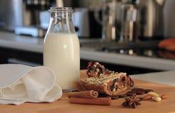 Noot en de cake en de melk van de datumkaneel Stock Afbeeldingen