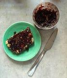 Noot en zaadbrood op plaat met blackcurrant jam Royalty-vrije Stock Foto's