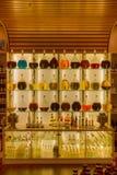 Noot-olie Flessen in een opslag vooraanzicht dat prachtig worden getoond Stock Foto's