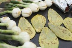Nopales et oignons de batiste Photo stock