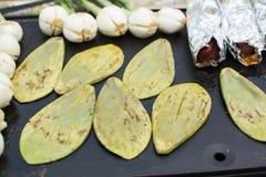 Nopales et oignons de batiste Photographie stock libre de droits