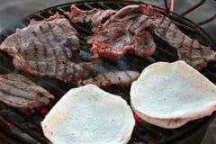 Nopales op de grill stock foto's
