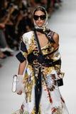 Nora Attal camina la pista en la demostración de Versace durante Milan Fashion Week Spring /Summer 2018 imagenes de archivo
