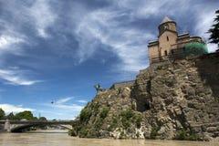 Norashen教会和一座纪念碑对Vakhtang国王以Metekhi桥梁,第比利斯为背景 免版税库存图片