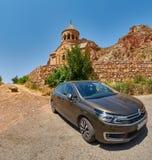 NORAVANK修道院,亚美尼亚- 2017年8月02日:汽车在N附近停放了 免版税库存照片