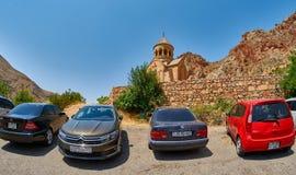 NORAVANK-KLOSTER, ARMENIEN - 02 AUGUSTI 2017: Bilar parkerade nära N Arkivfoton