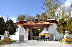 Eingang zu Norbulingka Stockbilder