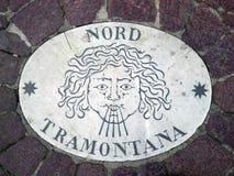 Nord 北部-象征风的方向的头 在一块大理石平板的一个古老图象在圣皮特圣徒・彼得` s正方形在梵蒂冈 免版税库存图片