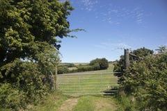 Nord-Devon-Bauernhoftor und -felder Stockfotos