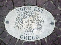 Nord Est东北镇-象征风的方向的头 在一块大理石平板的一个古老图象在圣皮特圣徒・彼得在Th的` s正方形 免版税库存图片