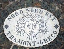 Nord Nord Est北部东北镇-象征风的方向的头 在一块大理石平板的一个古老图象在圣皮特圣徒・彼得` s S 库存照片