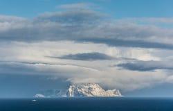 Nord-Fugløya i moln, nordliga Norge royaltyfri bild