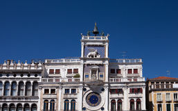 Nord-Italien, Venedig, Glockenturm von St Mark, St Mark Quadrat, verziert mit Skulptur von geflügelten Löwen Lizenzfreie Stockfotografie