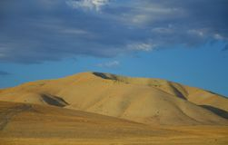 Nord-Kalifornien-Berge im Spätsommer mit blauem Himmel lizenzfreies stockbild