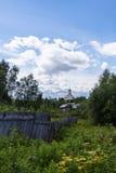 Nord by på sommar, gräs, blommor, trästaket Royaltyfria Bilder