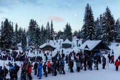 Nord-Vancouver Kanada - 30. Dezember 2017: Waldhuhn-Gebirgsviele Leute in gelegen zur Gondel-Fahrt am Abend stockfotos