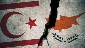 Nord-Zypern gegen südliche Zypern-Flaggen auf gebrochener Wand Lizenzfreie Stockfotografie