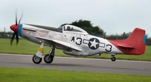 Nordamerikanischer Kämpfer des Zweiten Weltkrieges der langen Strecke P51D-Mustangs errichtet zu einer britischen Spezifikation Stockfotografie