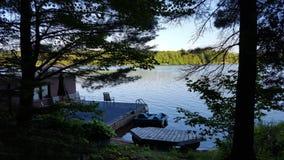 Nordamerikanisches Häuschen-Dock im Sommer lizenzfreie stockbilder