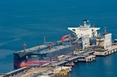 Nordbay tankfartyg på en olje- terminal i porten av Nakhodka Arkivbild