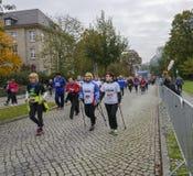 Nordbo som går kvinnor med leendesportferie, maraton i Tyskland, Magdeburg, oktober 2015 Arkivfoton