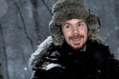 Nordcape Noruega 23febr 2012: Homem de Nowegian na floresta nevado Fotos de Stock